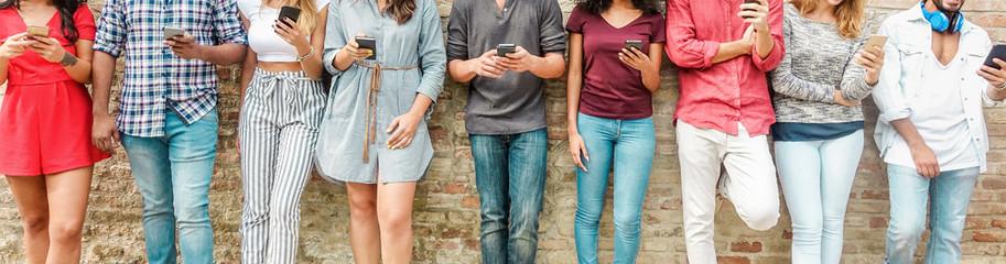 Grupo de personas utilizando móviles